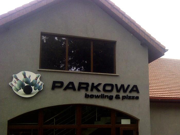 Kaseton, litery przestrzenne podświetlane – PARKOWA bowling&pizza Żarów – Agencja Reklamowa GEOSPACE