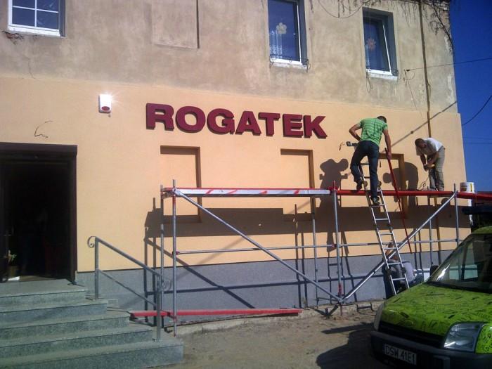 ROGATEK – napis przestrzenny na sklepie w Kalnie – Agencja Reklamowa GEOSPACE